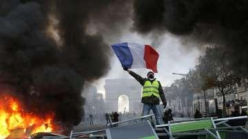 Жълтите жилетки във Франция призовават за нови протести на 1 декември