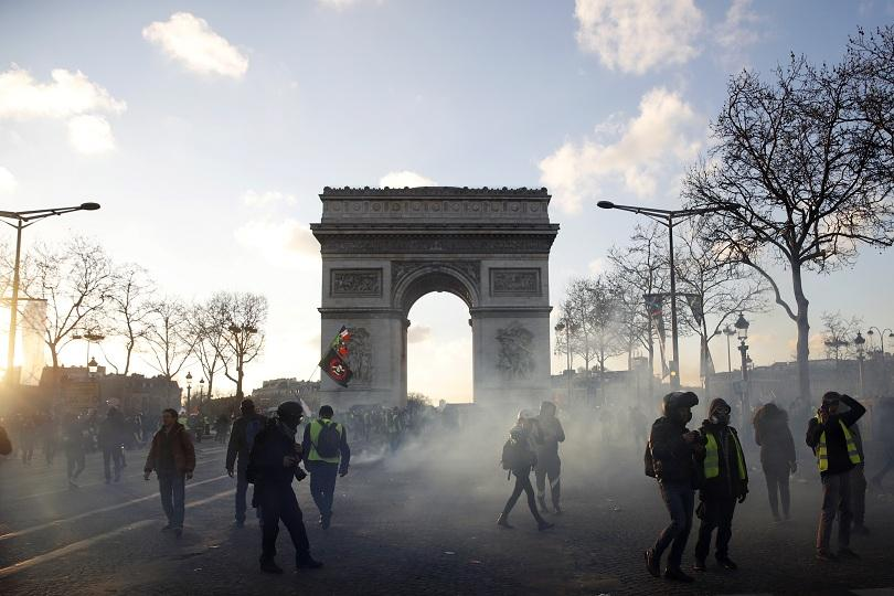 Безредици в Париж при 18-ия пореден протест на жълтите жилетки.