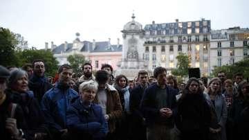 Французите се събраха на бдение след огнената стихия в Нотр Дам