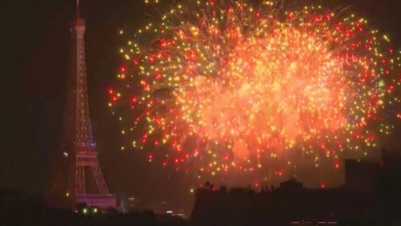 По традиция националният празник на Франция приключи с пищни фойерверкиИлюминациите
