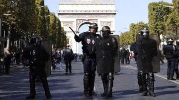 Десетки задържани при поредния протест на жълтите жилетки в Париж