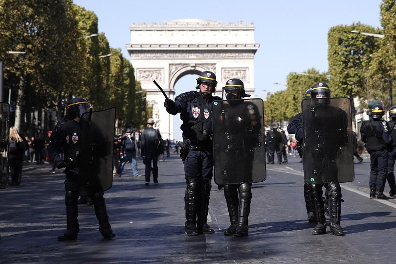 Снимка: Десетки задържани при поредния протест на жълтите жилетки в Париж