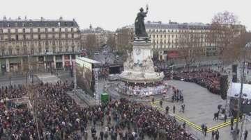 В Париж хиляди хора почетоха жертвите на терористичните нападения