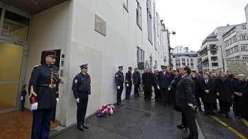 В Париж почитат паметта на жертвите от атентатите в редакцията на Шарли Ебдо