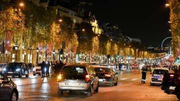 Париж грейна в коледни светлини