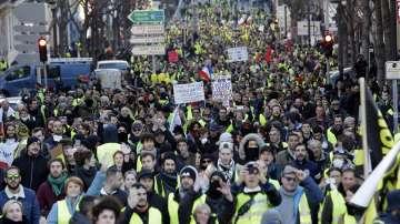 Водни струи, сълзотворен газ и инциденти на десетия протест на жълтите жилетки
