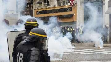 Полицията използва сила и сълзотворен газ срещу жълтите жилетки в Париж