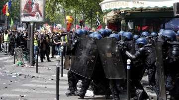 Най-малко двама журналисти бяха ранени при сблъсъци в Париж