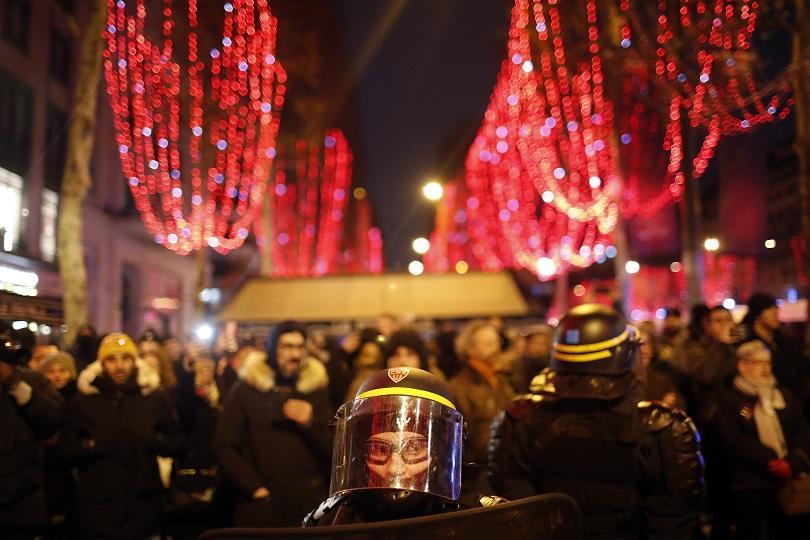 париж посреща нова година засилени мерки сигурност