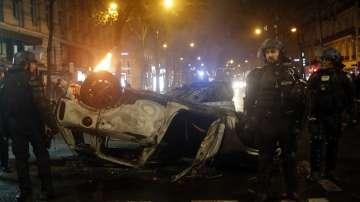 Откраднаха полицейски автомат при безредиците в Париж