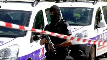 Нападателят от парижкия булевард Шанз Елизе е загинал, други пострадали няма