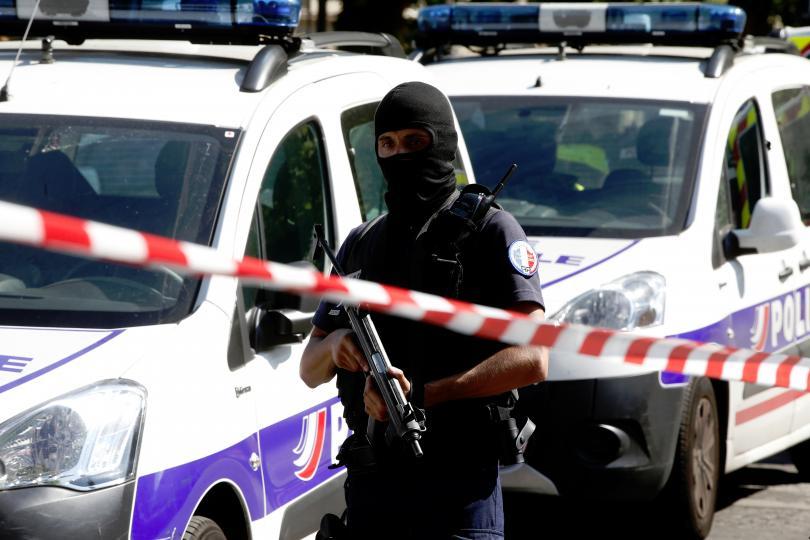 двама души тежко ранени стрелба париж