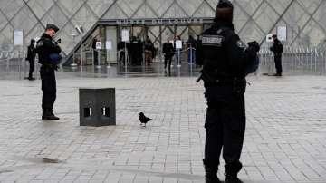 Не е ясно дали нападателят от Лувъра е действал сам