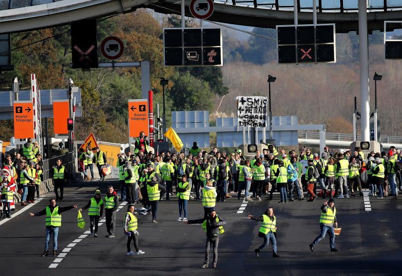 снимка 1 Отново напрежение във Франция: Сблъсъци с полицията, арести и блокади на пътища