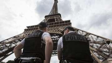 Полицията в Париж конфискува 20 тона миниатюрни Айфелови кули