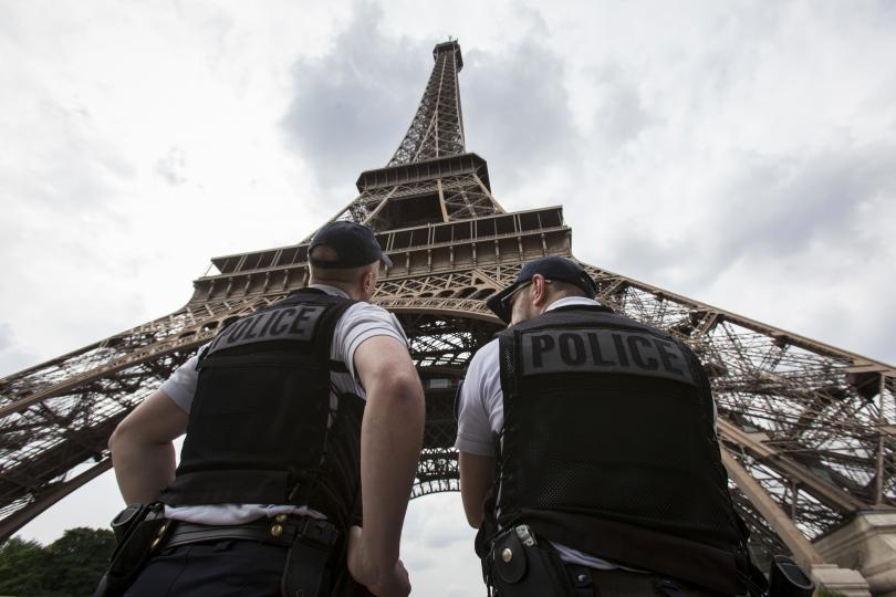 Двадесет тона миниатюрни Айфелови кули бяха конфискувани от парижката полиция,