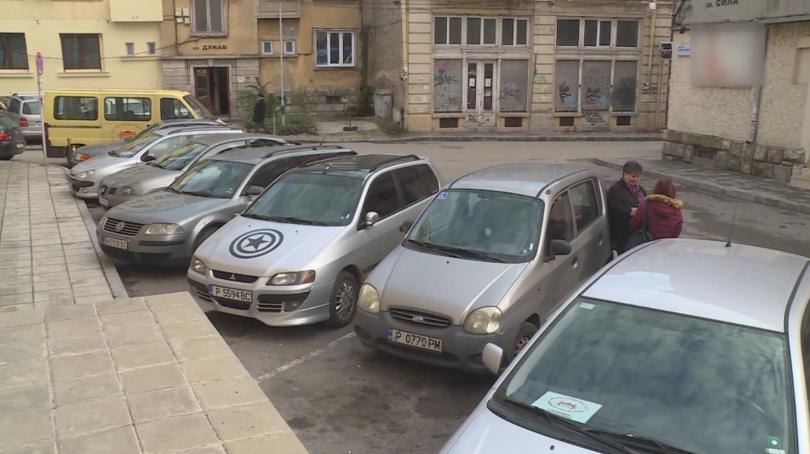Снимка: Не достигат паркоместата за инвалиди в Русе
