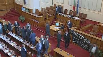 Хаос в пленарната зала прекрати заседанието