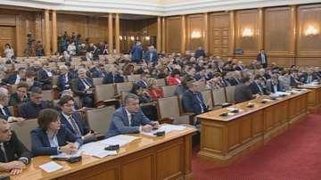 Парламентът обсъжда освобождаването на социалния министър Бисер Петков