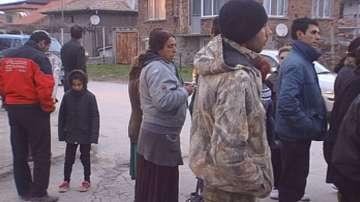 Жители на Първенец настояват за обезопасяване на улицата в ромската махала