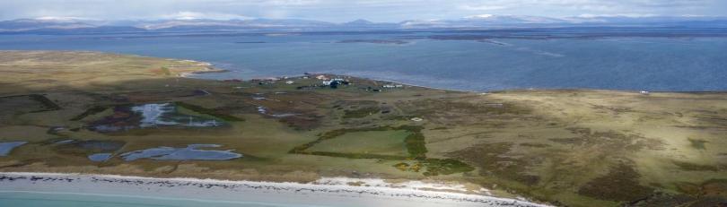 Остров във Фолклендския архипелаг близо до бреговете на Аржентина, населен