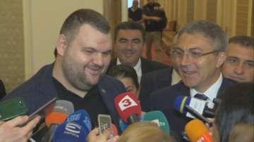 Пеевски се появи в парламента, за да обяви, че отказва да е евродепутат