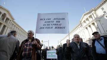 Пенсионери излязоха на протест с искане за преизчисляване на пенсиите им