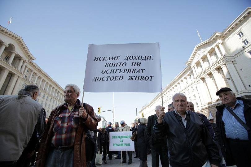 Пенсионери излязоха на протест пред Министерския съвет с искане за