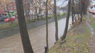 Няма прелели големи реки и язовири на територията на страната