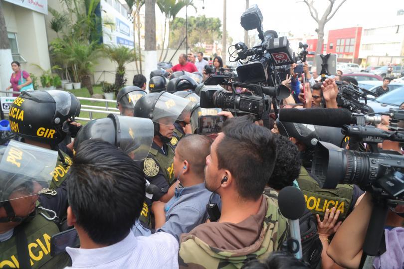Бившият президент на Перу, Алън Гарсия, се простреля във врата