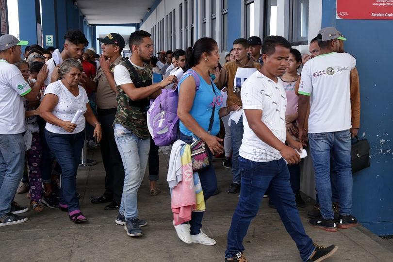 Хиляди венецуелци се струпаха по границата с Перу през последното