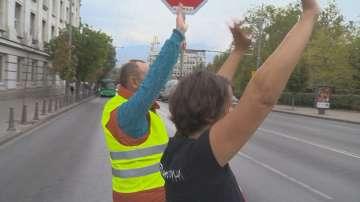 Право или задължение е сигнализирането с ръка на пешеходна пътека