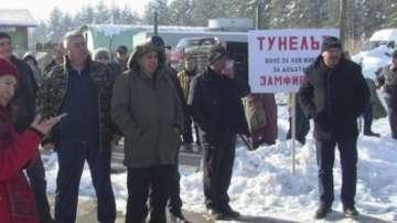 Жители на Берковица излязоха на протест с искане за тунел под прохода Петрохан