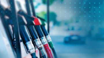 Петролният пазар остава нестабилен след големия спад на цената му в петък