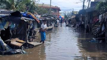 Петима души загинаха и над 380 000 бяха евакуирани заради тайфун във Филипините
