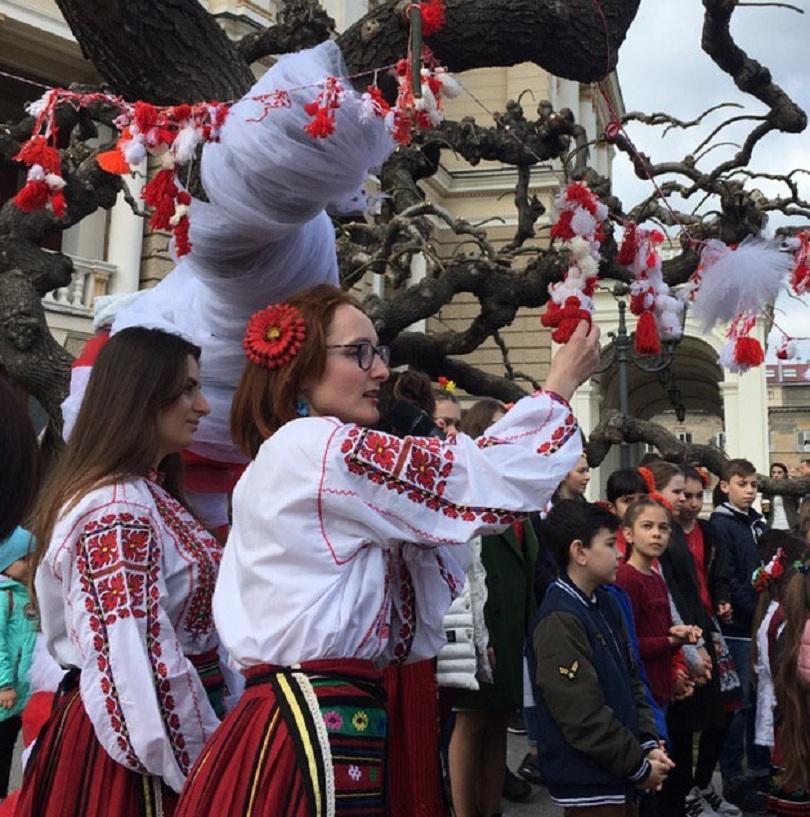 В Одеса българи окичиха дърво с мартеници