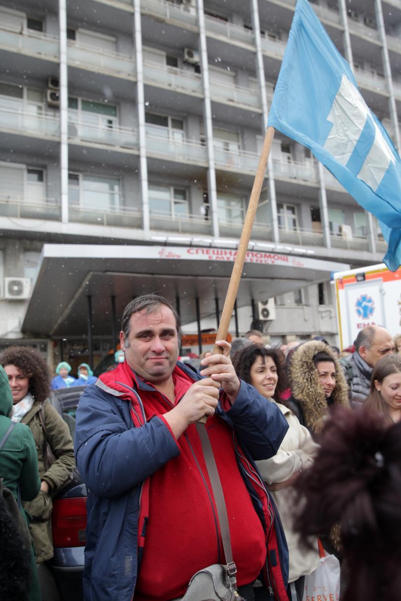 Четвърти ден лекари, медицински сестри и санитари излизат на протест