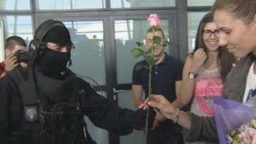 Командос посрещна с роза Цвети Пиронкова