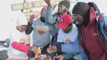 Рекорд на Гинес: Доставиха пица на връх Килиманджаро (ВИДЕО)