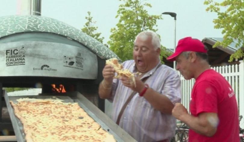 Снимка: В Болония направиха пица с дължина 500 метра