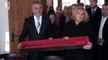 Валери Симеонов дари на музея в Калофер бастуна на бащата на Христо Ботев