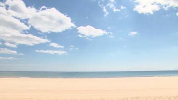 Доброволци от Варна почистват плажа Ветеран за Деня на Черно море