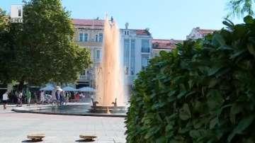 Безалкохолна напитка потече от фонтана пред община Пловдив (ВИДЕО)