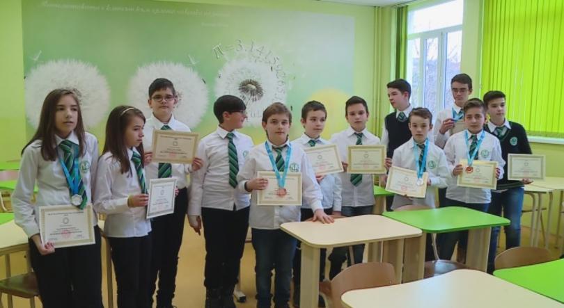 Снимка: Пловдивски ученици с медали от олимпиада по математика в Пекин
