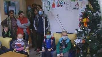 Коледни герои при болни деца