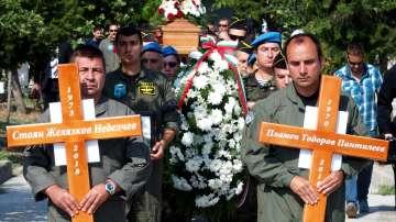 След катастрофата край летище Пловдив: Погребаха двамата пилоти с военни почести
