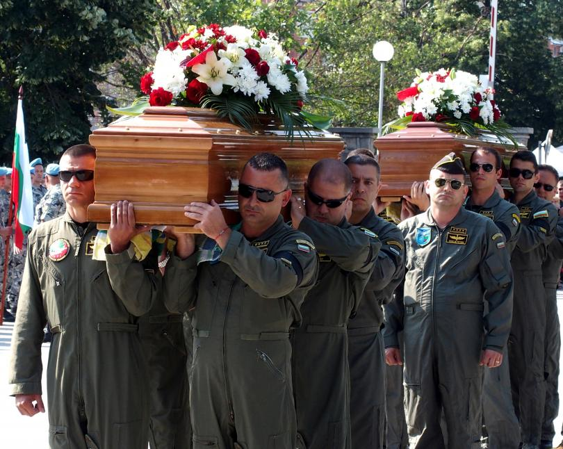снимка 1 След катастрофата край летище Пловдив: Погребаха двамата пилоти с военни почести
