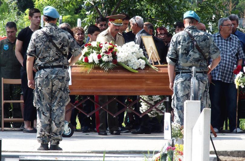 снимка 2 След катастрофата край летище Пловдив: Погребаха двамата пилоти с военни почести