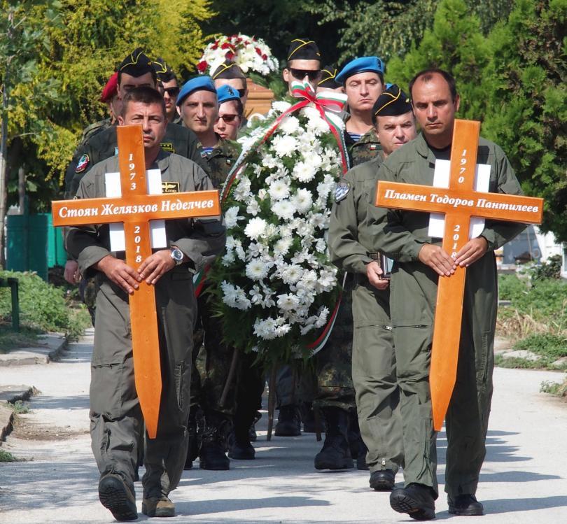 снимка 3 След катастрофата край летище Пловдив: Погребаха двамата пилоти с военни почести