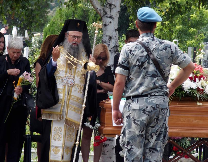 снимка 4 След катастрофата край летище Пловдив: Погребаха двамата пилоти с военни почести